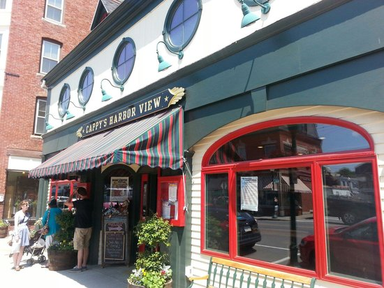 Cappy's Chowder House: Capps harbor view front