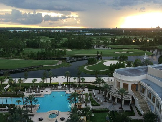 Waldorf Astoria Orlando: View overlooking pool, golf course and Hollywood Studios
