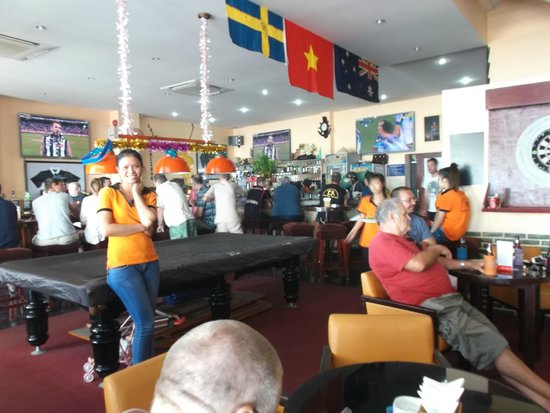 Lucys' Sports Bar and Hotel: Some of the great staff dressed in orange
