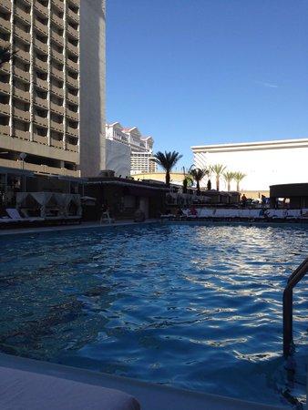 Harrah's Las Vegas: Nice pool with bar and cabanas
