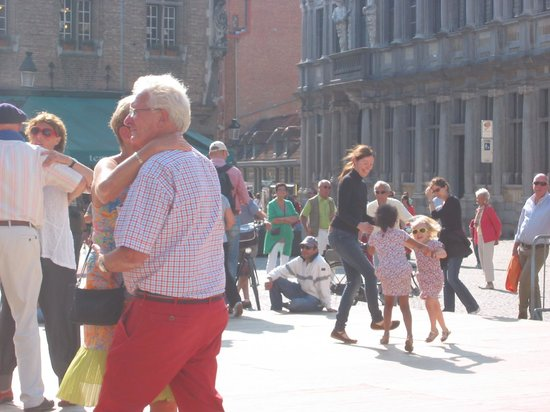 Grand-Place : People dancing at the Markt