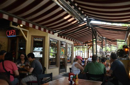 Oscar's Cafe: Outdoor Seating