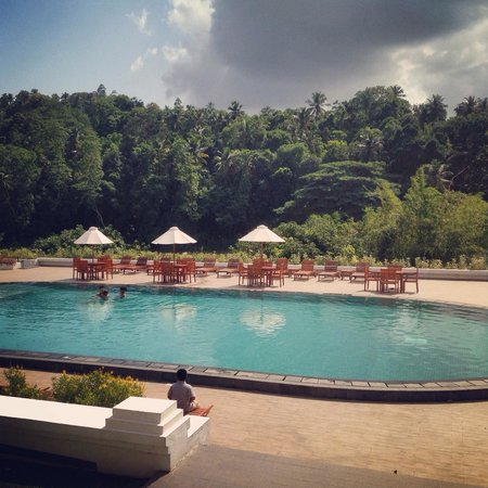 Cinnamon Citadel Kandy : Poolside view in the morning