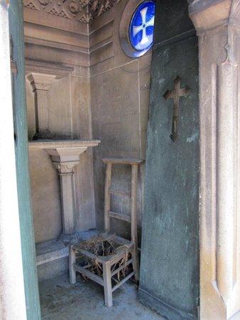Friedhof Père-Lachaise (Cimetière du Père-Lachaise): A simple tomb.