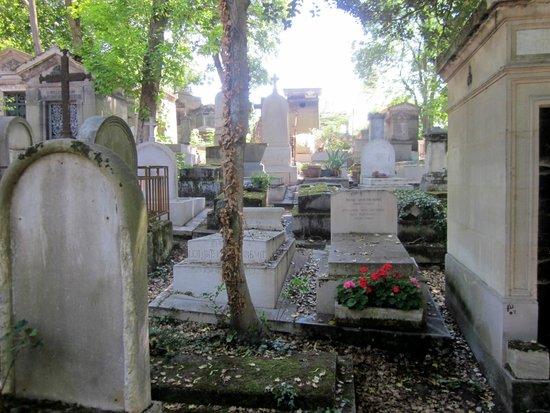 Friedhof Père-Lachaise (Cimetière du Père-Lachaise): Tombs under the trees