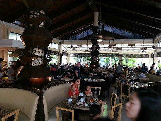 Henann Garden Resort: Busy breakfast Garden Cafe