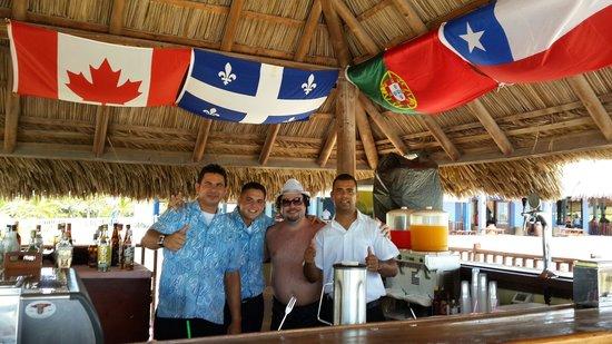 Hotel Playa Cayo Santa Maria: Los muchachos del bar playa, excelentes!!!  Una comedia