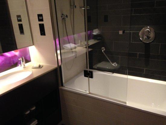 Hilton London Heathrow Airport Terminal 5: bathroom