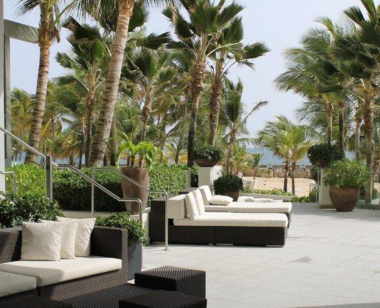 La Concha Renaissance San Juan Resort: Breezeway between pool and beach
