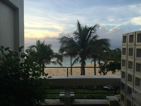 Hotel Moon Beach: スタンダードツイン オーシャンフロント 小さいテラスに1つのテーブルと、2つのイスがあります。 夜はここで海を見ながらお酒を飲みました。 虫が入ってくるので、網戸は必須です
