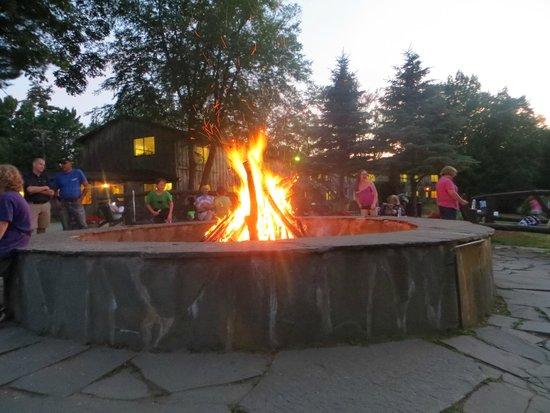 Pinegrove Family Dude Ranch : campfire
