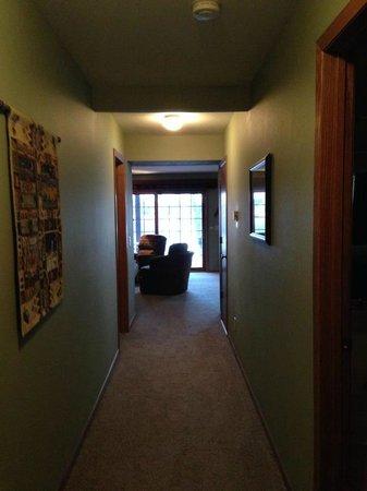 Wild Eagle Lodge: Hallway to living room
