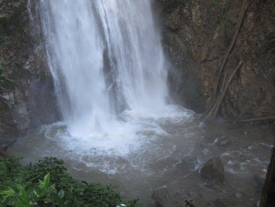 Khun Korn Waterfall: 滝1