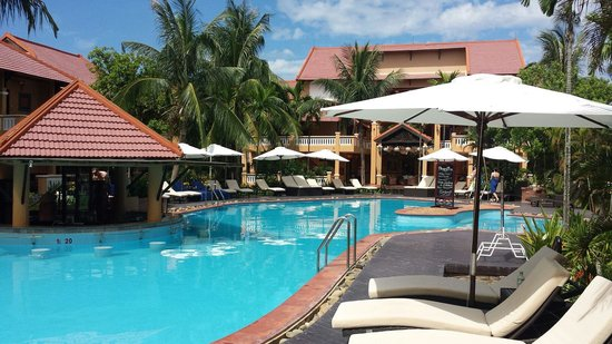 Vinh Hung Riverside Resort : The swim up bar is the perfect location during the midday heat.