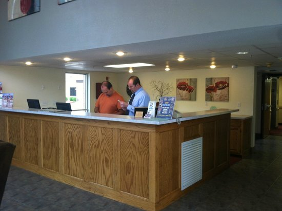 Camden Hotel & Conference Center : Front desk with friendly employees