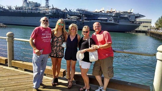 Musée de l'USS Midway : Father, son, daughter in law, grand daughters with USS Midway