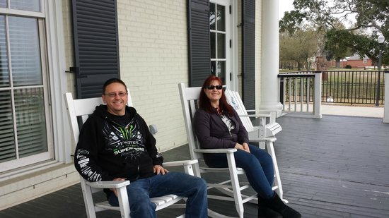 Biloxi Visitors Center: Sitting on the porch Southern Style