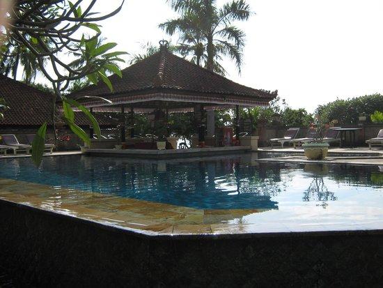 Aditya Beach Resort: Zittend in het water aan de bar je drankje drinken.......