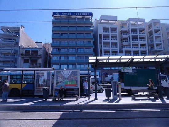 Athens Poseidon Hotel: Отель и остановка транспорта