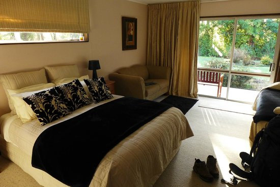 Reflection Lodge: Room with a double and single bed