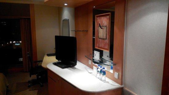 Shangri-La's China World Hotel : TV and coffee making area