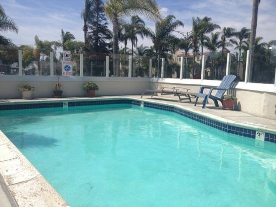 BEST WESTERN PLUS Suites Hotel Coronado Island: small pool with 1 lounge chair