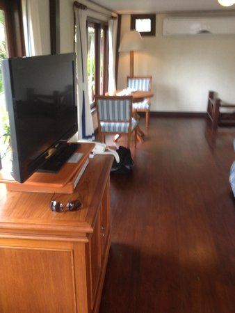 Imperial Boat House Beach Resort: Another view of living room In boat suite