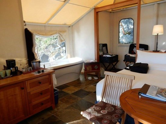 Rockwater Secret Cove Resort: One Side Of The Tent Suite (With the Bath)