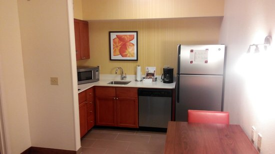Residence Inn Houston by The Galleria: The kitchen area