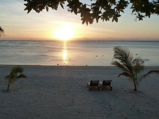 Aitutaki Seaside Lodges: glorious sunsets