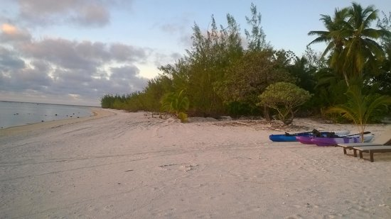 Aitutaki Seaside: enjoying the views and the beach to ourself