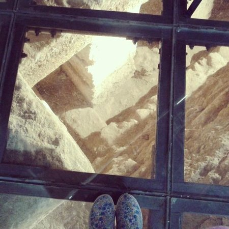 Chiesa di Santa Maria dei Greci: Pavimento in vetro con scorcio del tempio