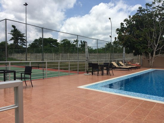 Epe Resort: Tennis court view from the pool
