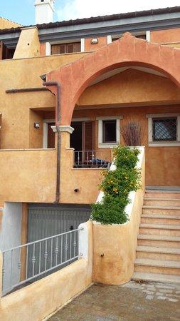 Residenza Borgo Punta Villa: ingresso appartamento bilocale su 2 piani