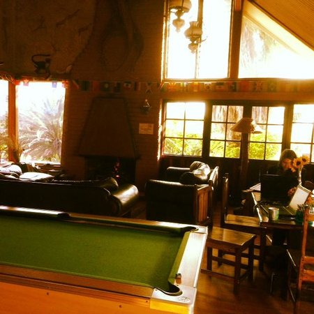 Lungile Backpackers Lodge: The lounge, complete with cosy fireplace, pool table & free wifi