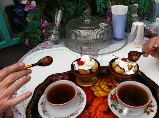 Samovar Cafe: Desert and tea (wonderful)