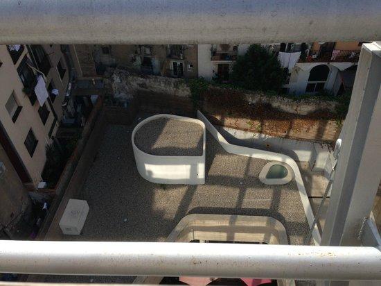 Hotel Acta Mimic: Innenhof vom Roof-Top aus