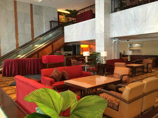 Hotel Jen Penang by Shangri-La: Lobby lounge and soccer matches