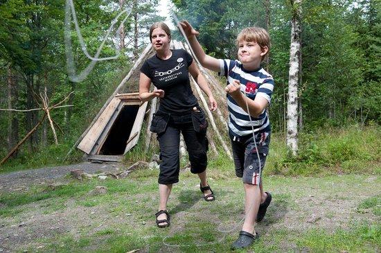 Vasterbottens Museum : Under sommaren och Samiska veckan kan man prova att kasta lasso vid samiska vistena.