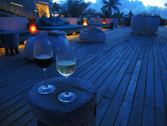 Holiday Inn Resort Kandooma Maldives: Sunset bar - nice but too dark after dark !