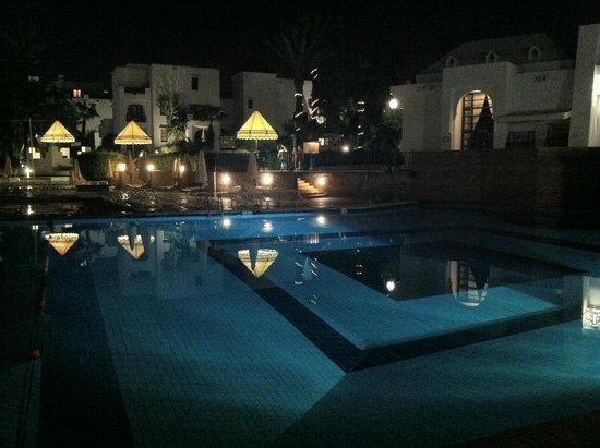 Caribbean Village Agador : piscina di notte