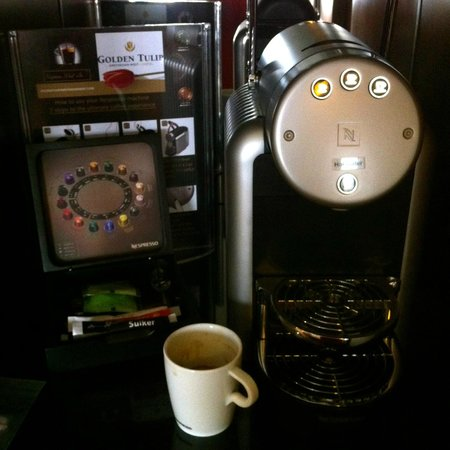 Hotel Golden Tulip Amsterdam West: In Holland, people are serious about making expresso, and you get your own coffee machine!!!