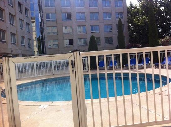 Novotel Suites Montpellier : Petit déj au bord de la piscine