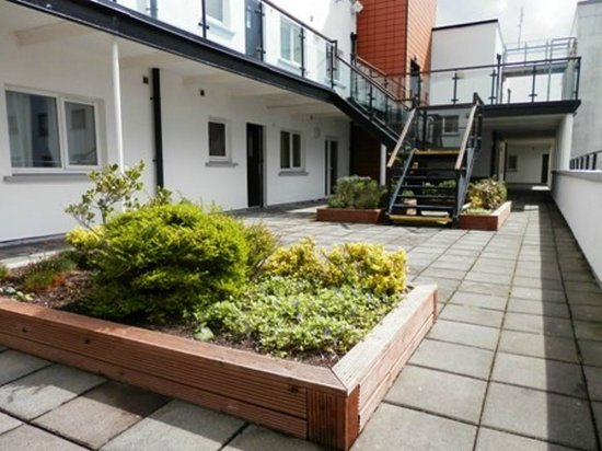 Centrepoint Apartments: Courtyard