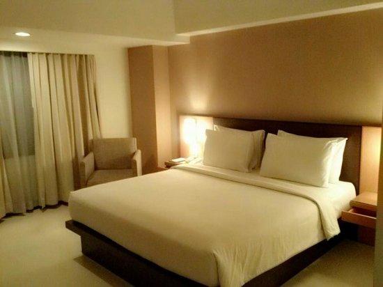 Hotel Santika Pandegiling Surabaya: เตียงนอนสบายมาก