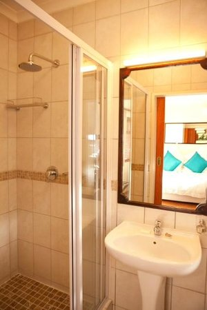 The Bay Atlantic Guest House : Mountain Room - Shower Area