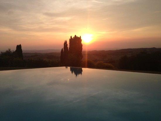 Borgo Lucignanello Bandini: La piscina al tramonto