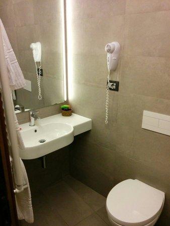 Hotel Italia: Salle de bain 1 - Chambre 83