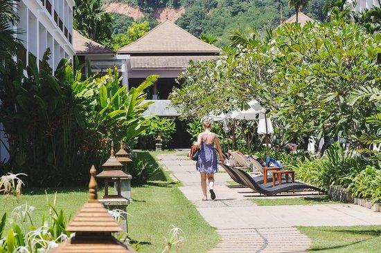 Naithonburi Beach Resort: зеленая территория