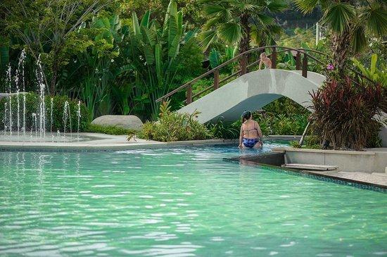 Naithonburi Beach Resort: у бассейна